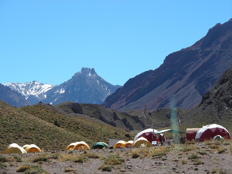 Confluencia y al fondo, el Cerro Dedos (arriba de Piedra Ibañez - Playa Ancha).