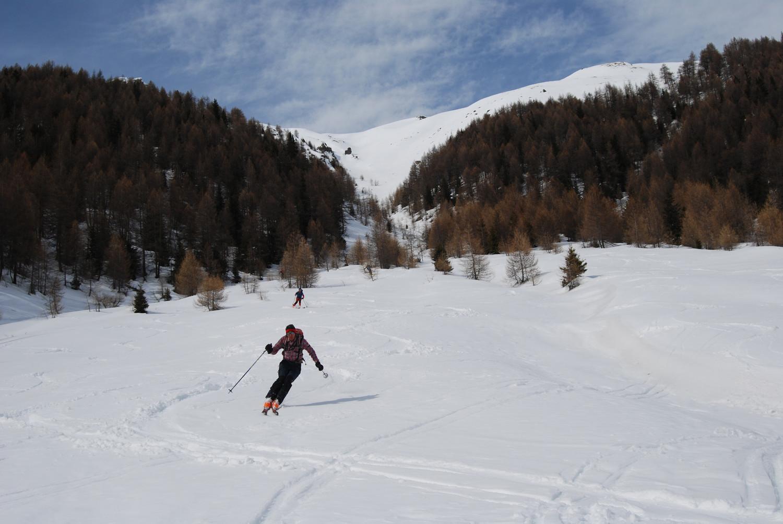 Gianluca scivola su bella neve, scendendo dalla Punta di Pollore 2965 m.
