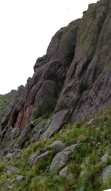 Vista general del sector del Ostiazo (Los Gigantes): se ve el muro color naranja y el rincon con el tabaquillo que da sombra