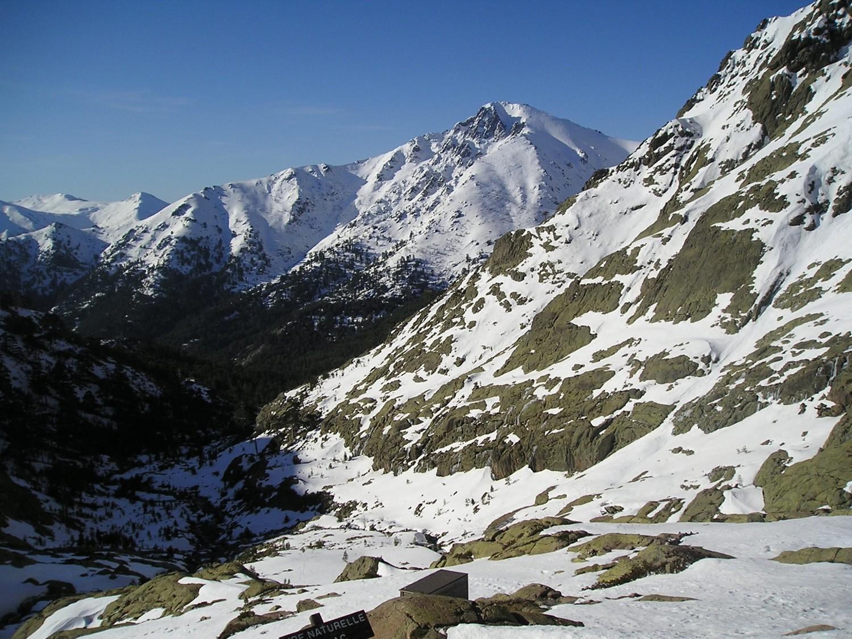 Vallon de descente, vue sur les couloirs nord de Licciola.