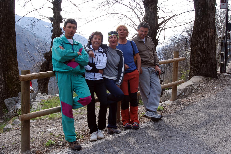 Foto di gruppo dopo la sosta obbligata ad un crotto in Valchiavenna.