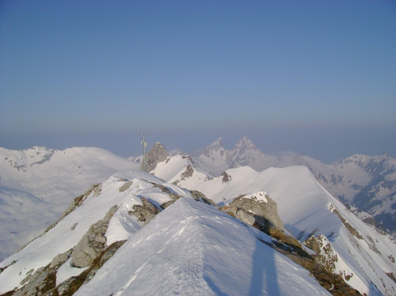 Grande Jumelle: vue sur l'antécime avec son antenne, juste derrière le Mont Gardy et à droite le Dent d'Oche et le Château d'Oche