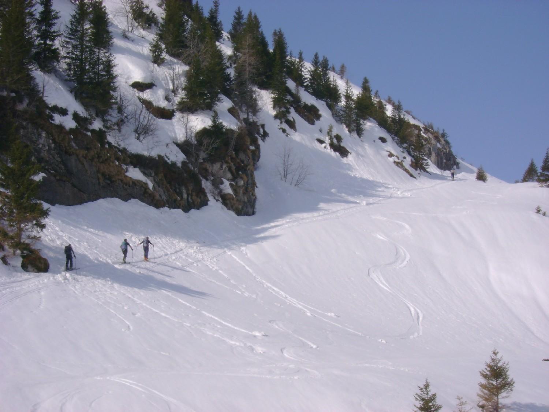 Grande Jumelle: une groupe (à gauche) et une personne (à droite) qui montent direction Cornettes de Bise