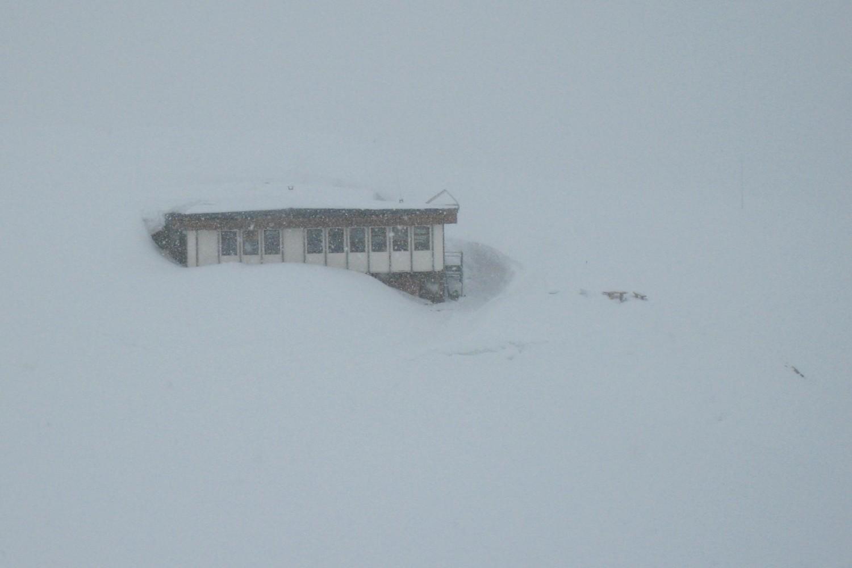 Le refuge des Evettes apparaît dans la neige