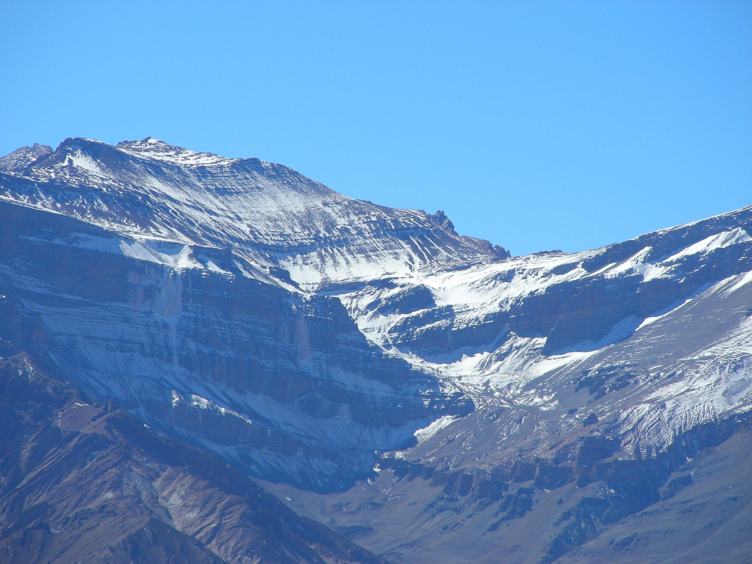 Zoom a la cara S del Cerro Almacenes. Se adivina la brecha por donde sube la ruta normal. A la izquierda, las cascadas!