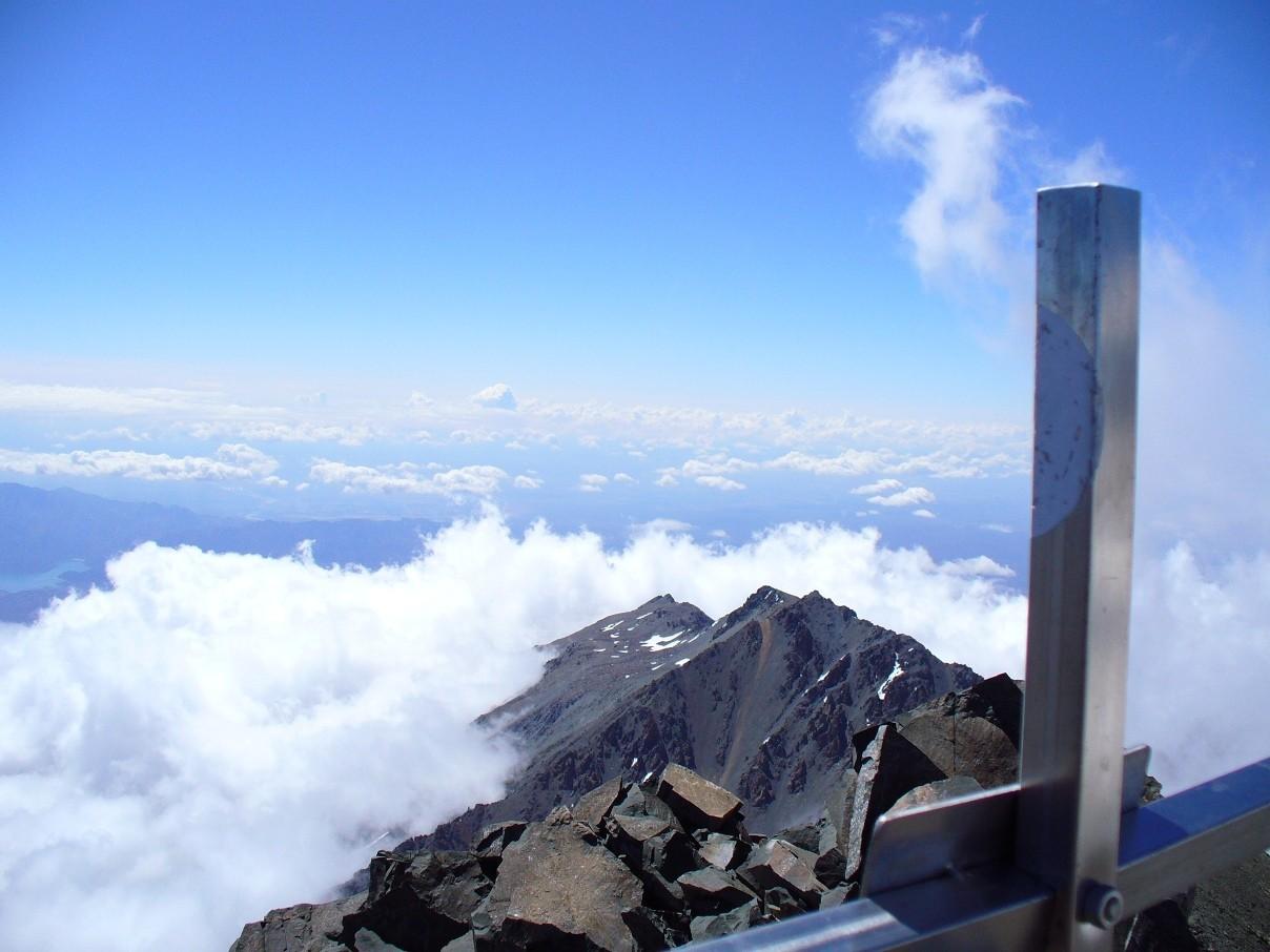 De la cumbre del Vallecitos, se puede ver el cerro Lomas Amarillas y el Franke.
