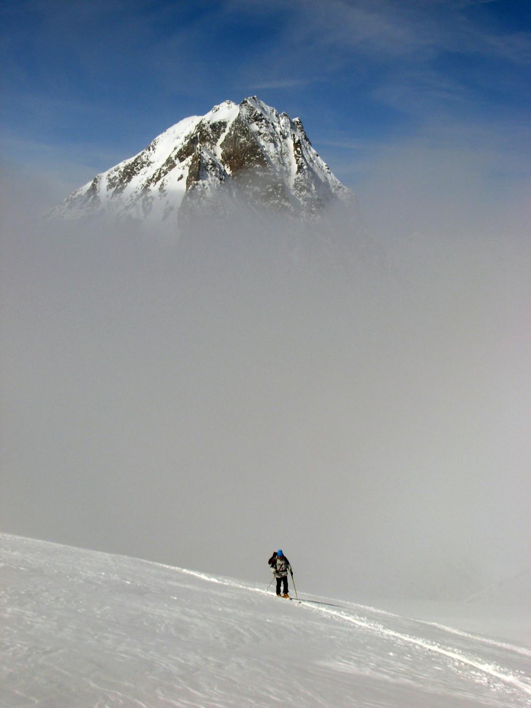 L'Hübschhorn incombente sopra le nebbie