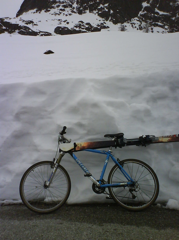 Départ à ski au dessus du vélo !