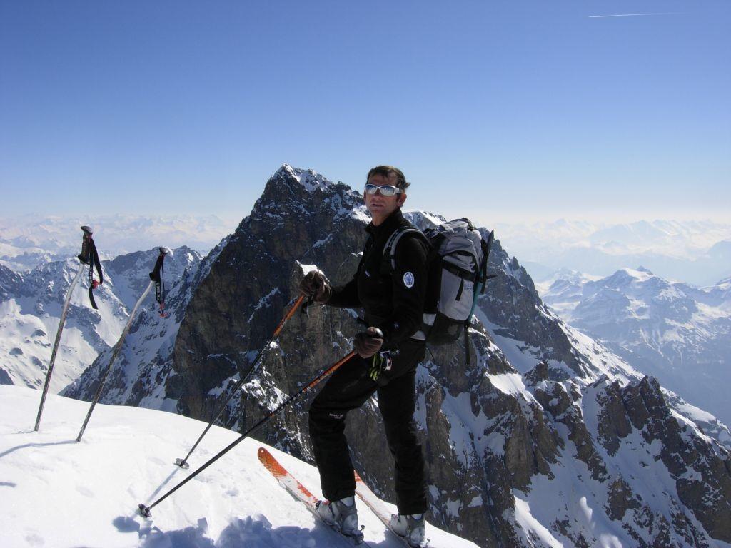 Ailefroide : Alain au sommet avec le Pelvoux en second plan
