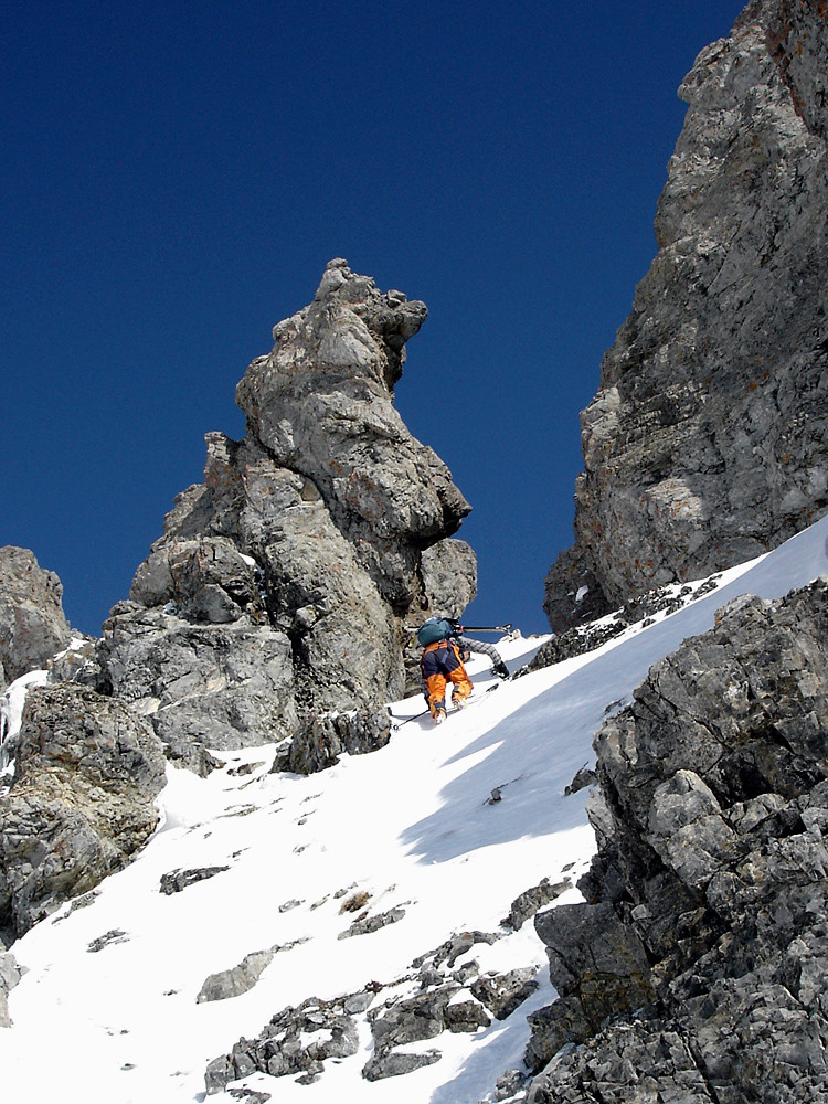 il ripido canalino che dà accesso all'anticima SE del Monte Forcola.