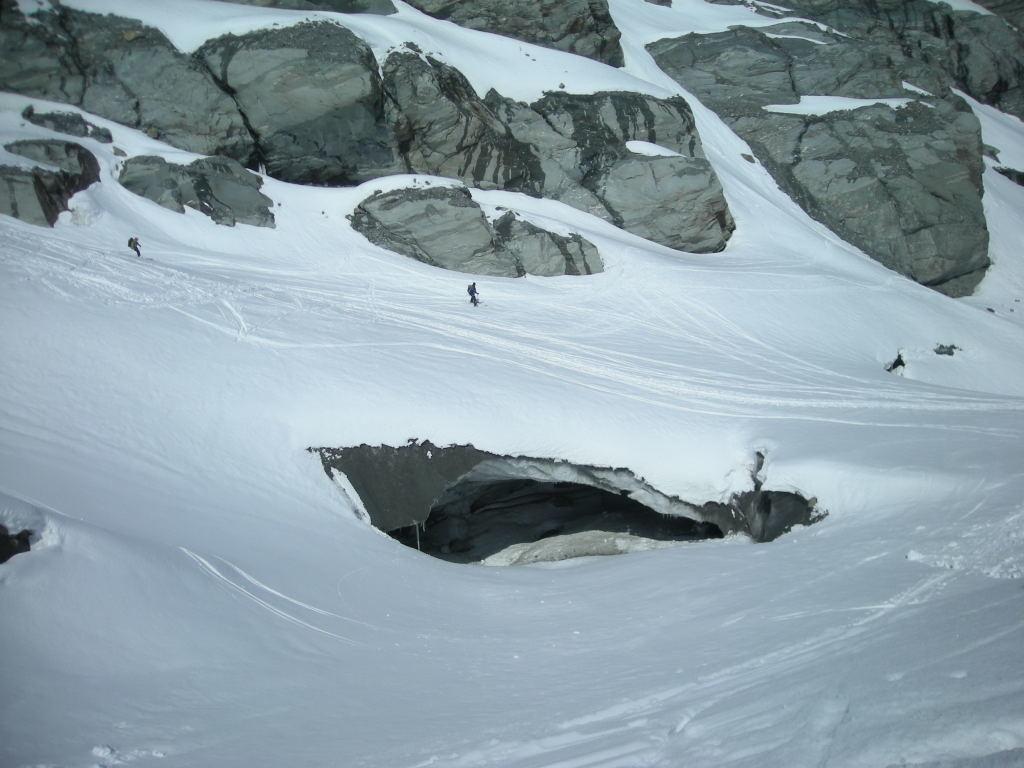 Joli petit pont de neige en bas du glacier de Corbassière