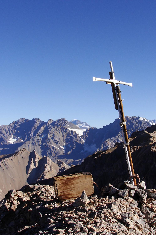 Cruz y caja de madera en la cumbre