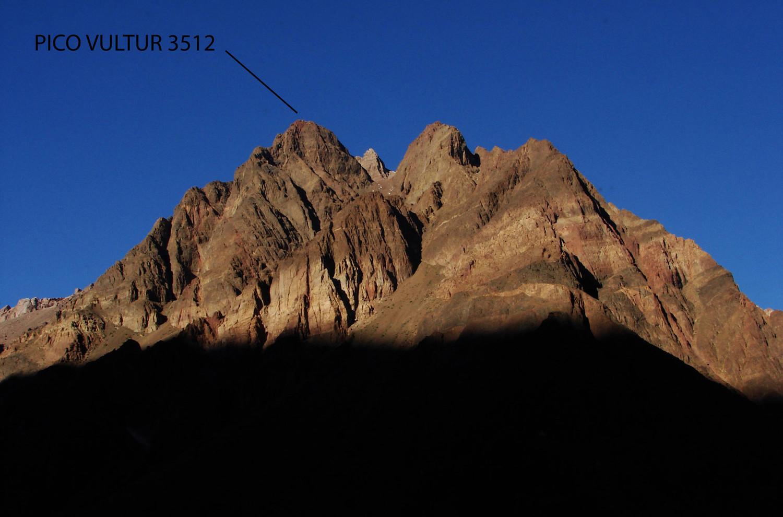Pico Vultur visto desde el valle del río Mendoza