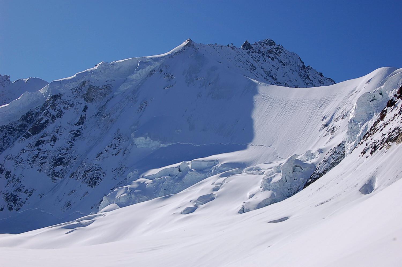 Face nord du Rothorn de Zinal, dominant le glacier de Moming