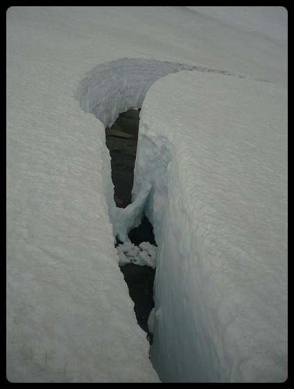 """Sur le bas du """"glacier"""" du Folly, un gros décrochement de 50 mètres de long pour 3 de profondeur..."""