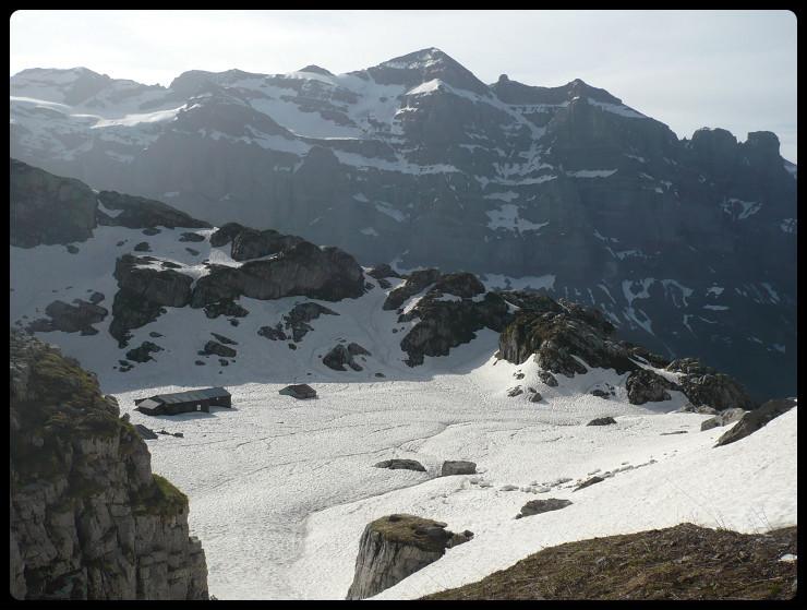 Anvien efuge de la Vogealle (le nouveau est plus à gauche) vu depuis els gorges et en face l'imposant Pic de Tenneberge