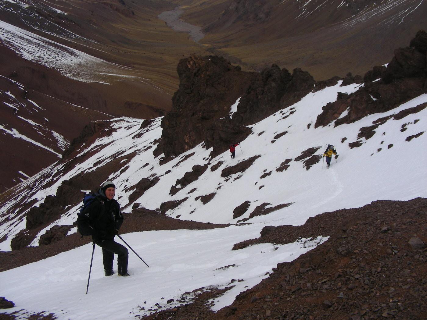 Rodeando las rocas por la ladera E: ¡Mucha nieve honda!