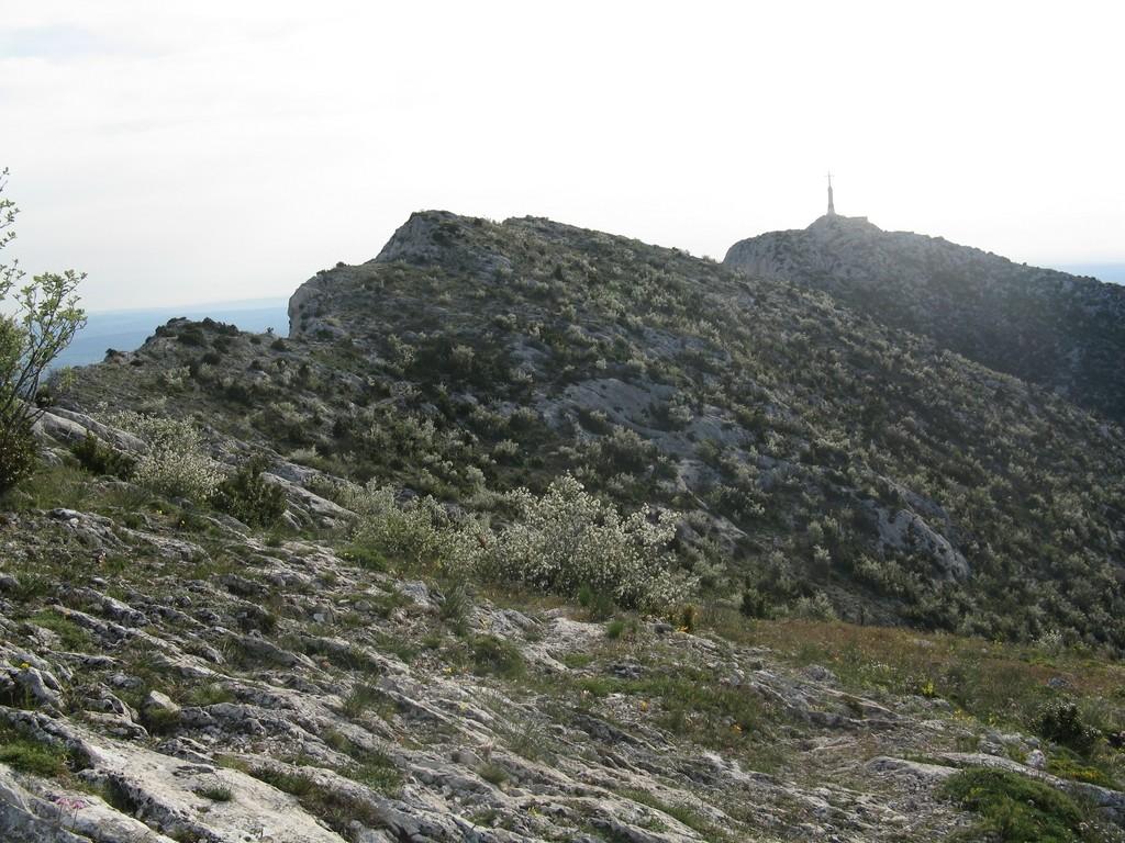 Au sommet c'est beau, vue sur la Croix de Provence.