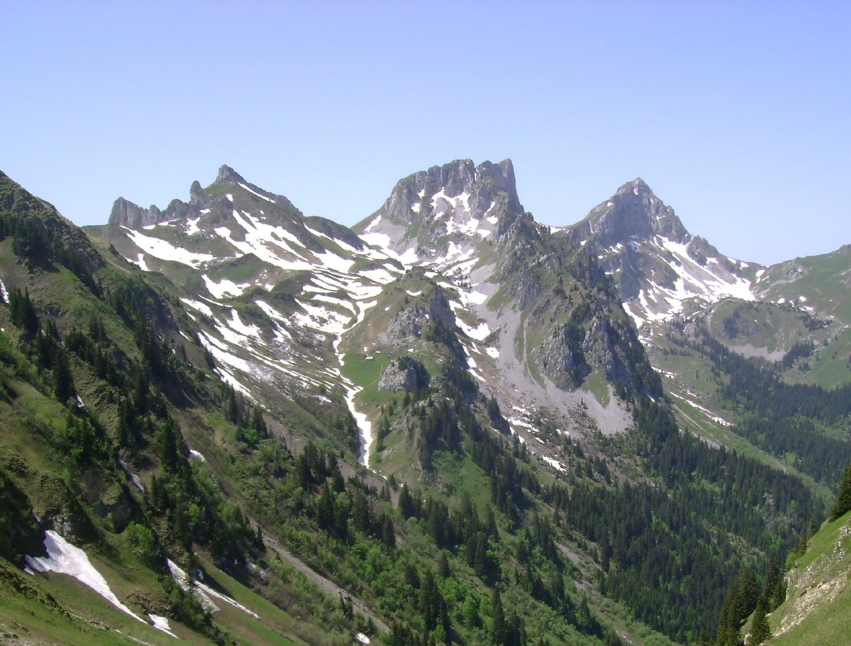 Vue E du Dent (à droite) et du Château (au centre) d'Oche depuis le Col de la Croix