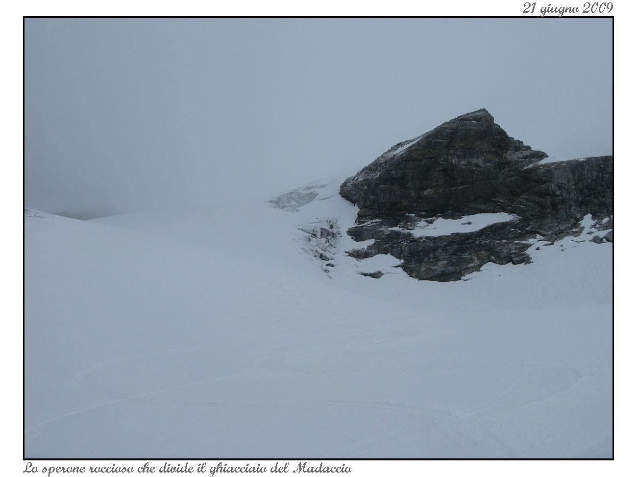 Il ghiacciaio del Madaccio e lo sperone roccioso da aggirare a sinistra.