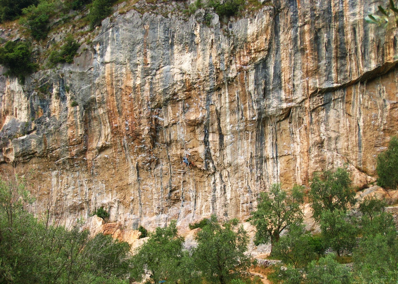 Deuxième secteur de G de Policromuro, dévers du 6b au 8a. Un grimpeur dans Deasy, 6c.