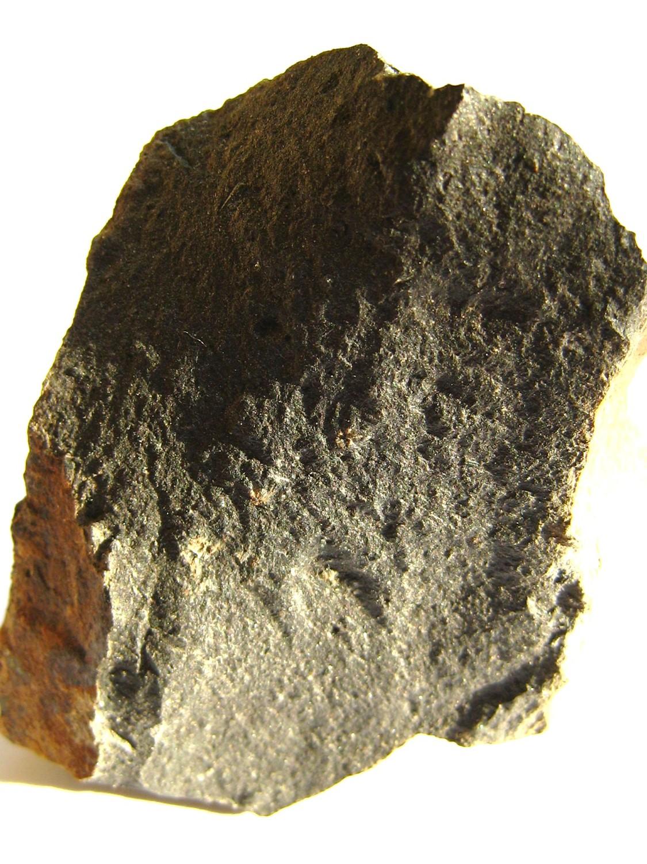 Basalte. Roche volcanique, basique et sombre.