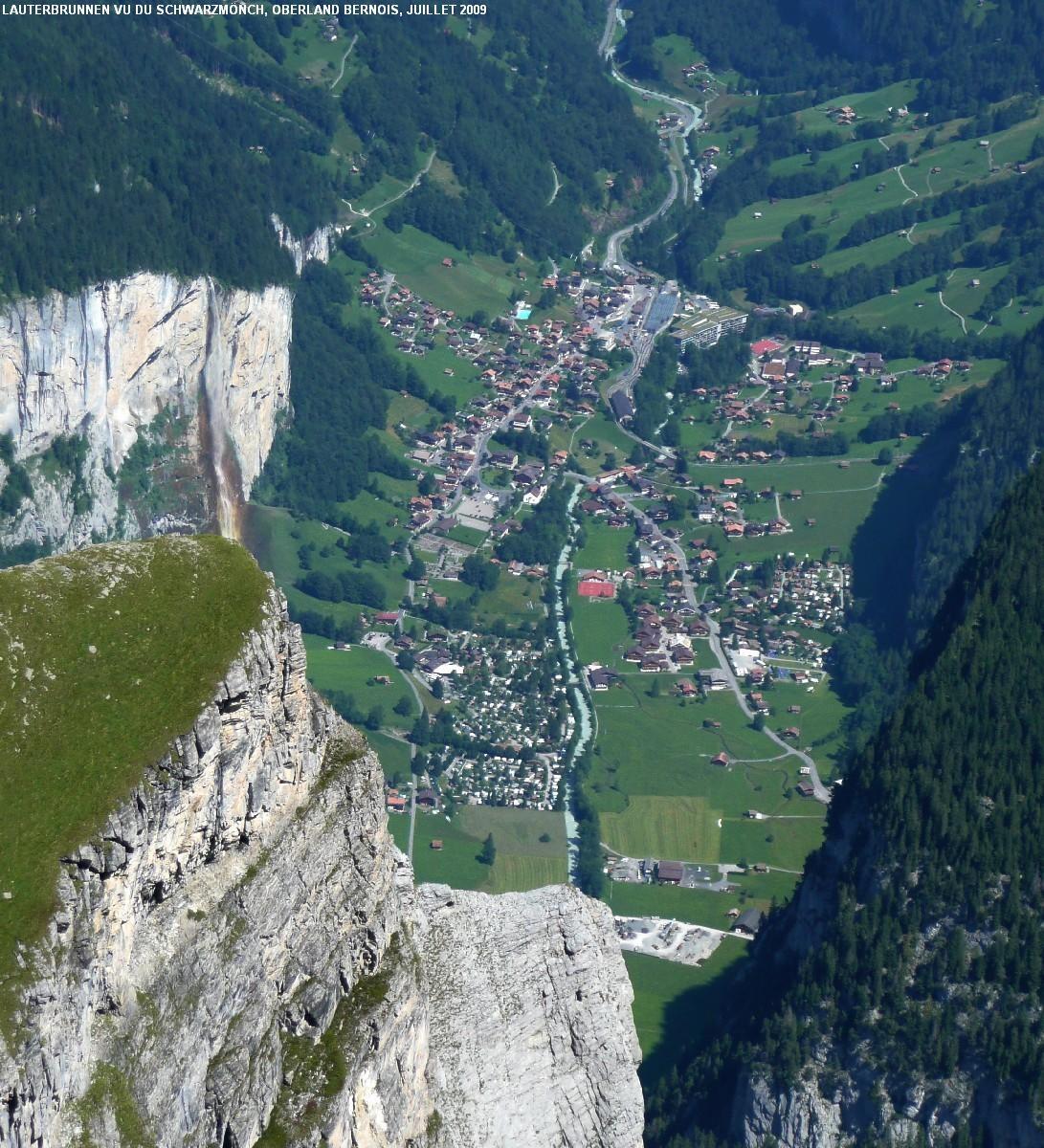 Vue plongeante sur Lauterbrunnen (830m) depuis le Schwarzmönch (2645m)