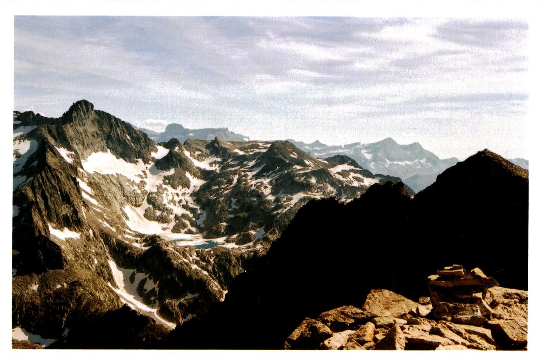 le cairn du sommet, avec le Pic Long et les sommets de Gavarnie en arrière-plan