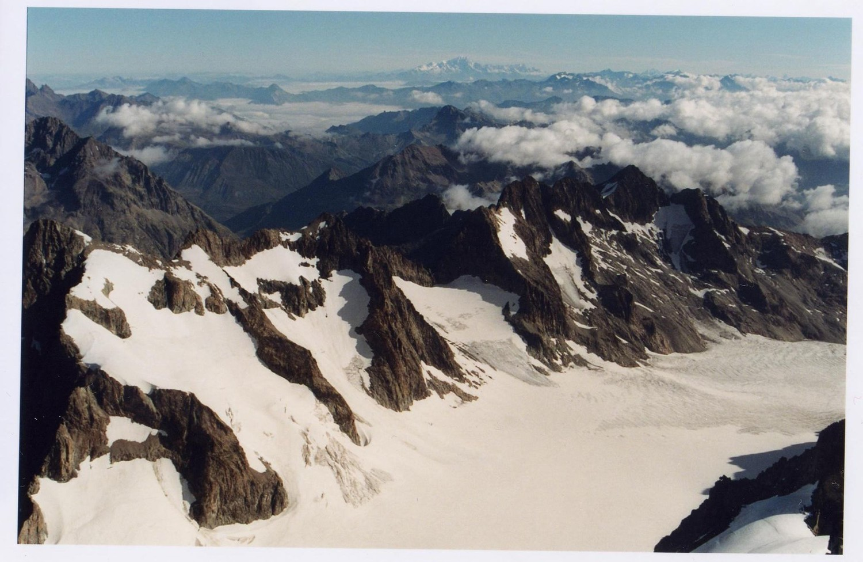 Vue sur le glacier blanc, le Mont-Blanc en toile de fond et le Cervin en tout petit