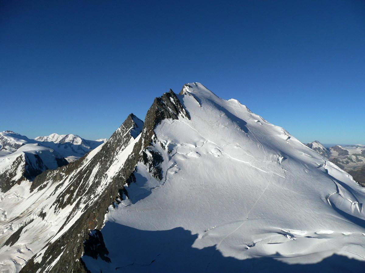 Dom des Mischabel (4545m), voie normale vue de la Lenzspitze