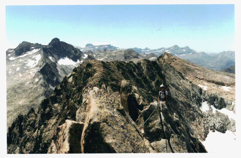 Katell sur l'arête, dans le haut de la voie (Pic Long au second plan, sommets de Gavarnie au fond)