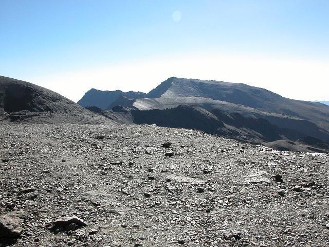 La crête du Pico Veleta jsuqu'a l'Alcazaba au loin , le mulhacen est au centre