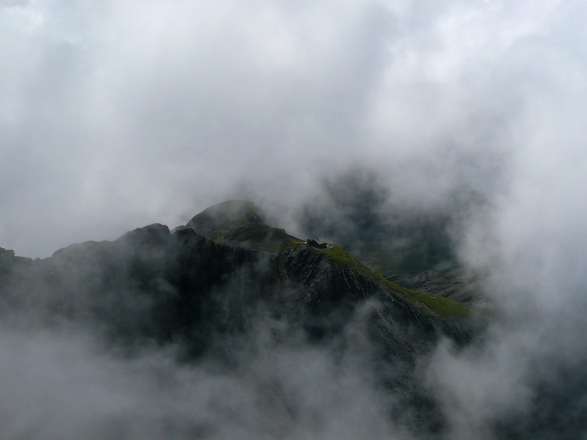 Cabane Rambert vue de l'arête de saille au Muveran