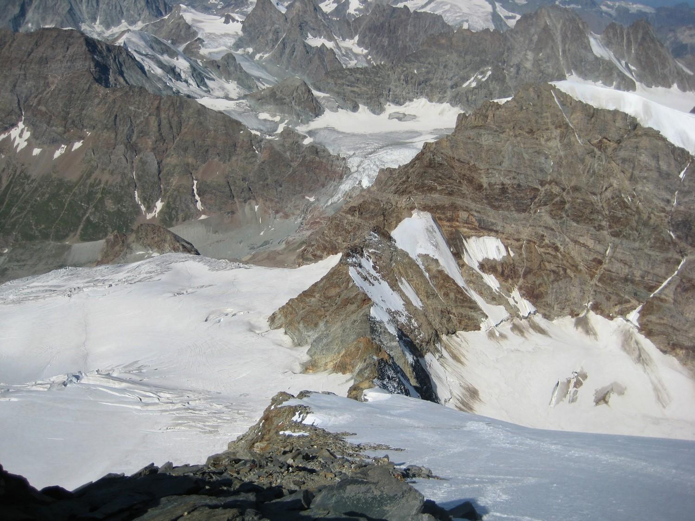 Pente du glacier NW et vue sur l'arête inférieure
