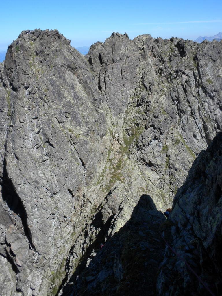 Vue en arière sur le rappel de l'arête NE du Luisin, une possibilité à gauche de l'image, l'autre au centre.