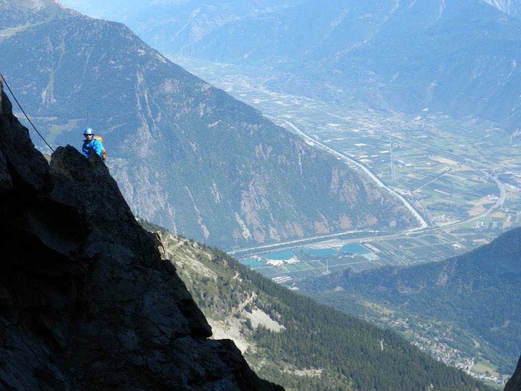 Sylvain sur le fil de l'arête NE sur fond de vallée du Rhône