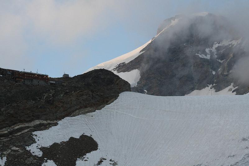 Refuge Gnifetti (3611m) et Pyramide Vincent (4215 m)