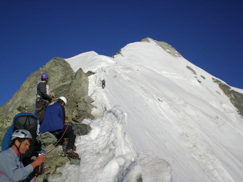 la partie neigeuse finale vue de la fin de l'arête rocheuse