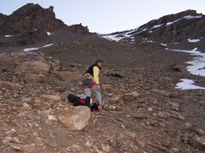 Jérôme dans la montée du col, au pied des premières langues de neige