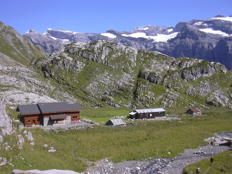 le refuge de la Vogealle et derrière le glacier de Prazon