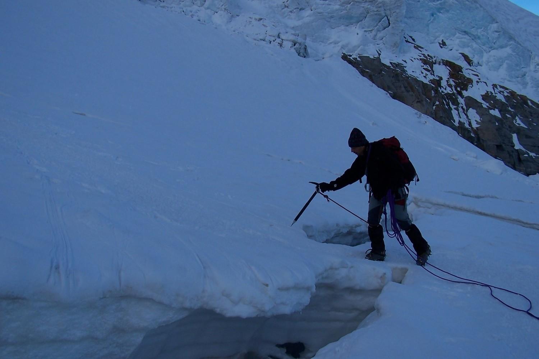 Passage d'un pont de neige sur le glacier Laveciau