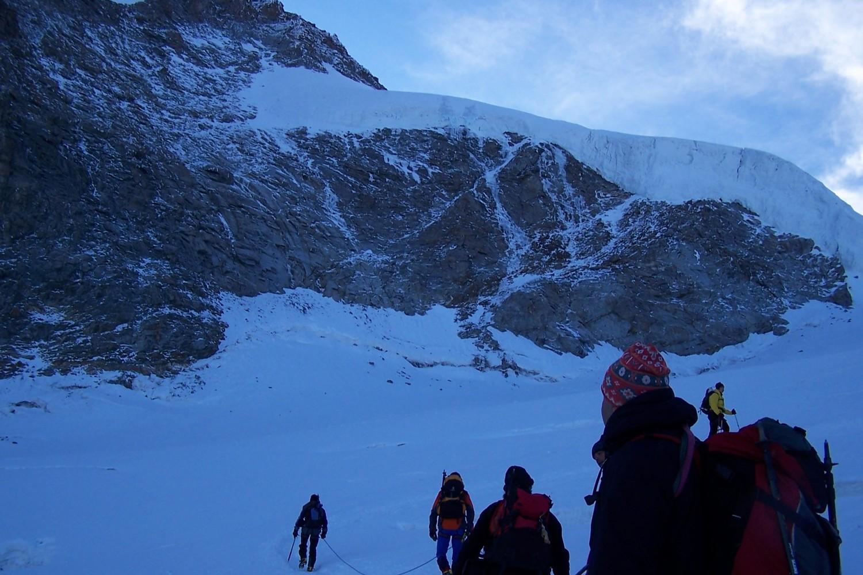 Sous les seracs sommitaux du Gd Paradis, glacier Laveciau