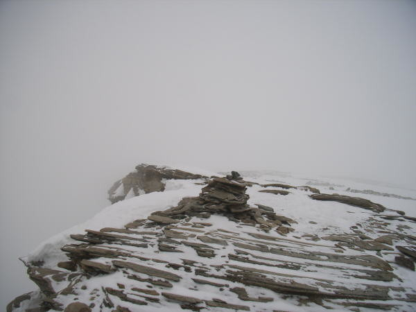 Cairn au sommet, dans la brume