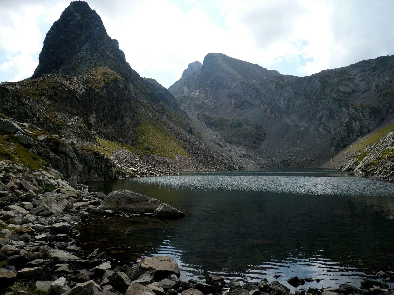 Lac d'Arrious et son pic (à gauche), pics d'ariel au fond