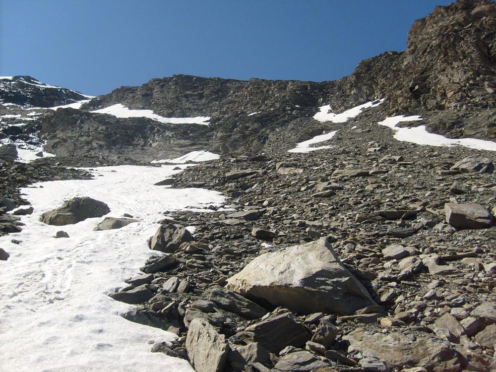 A gauche mes traces de descente, à droite une sente pour aller au dernier nevé puis le couloir à droite