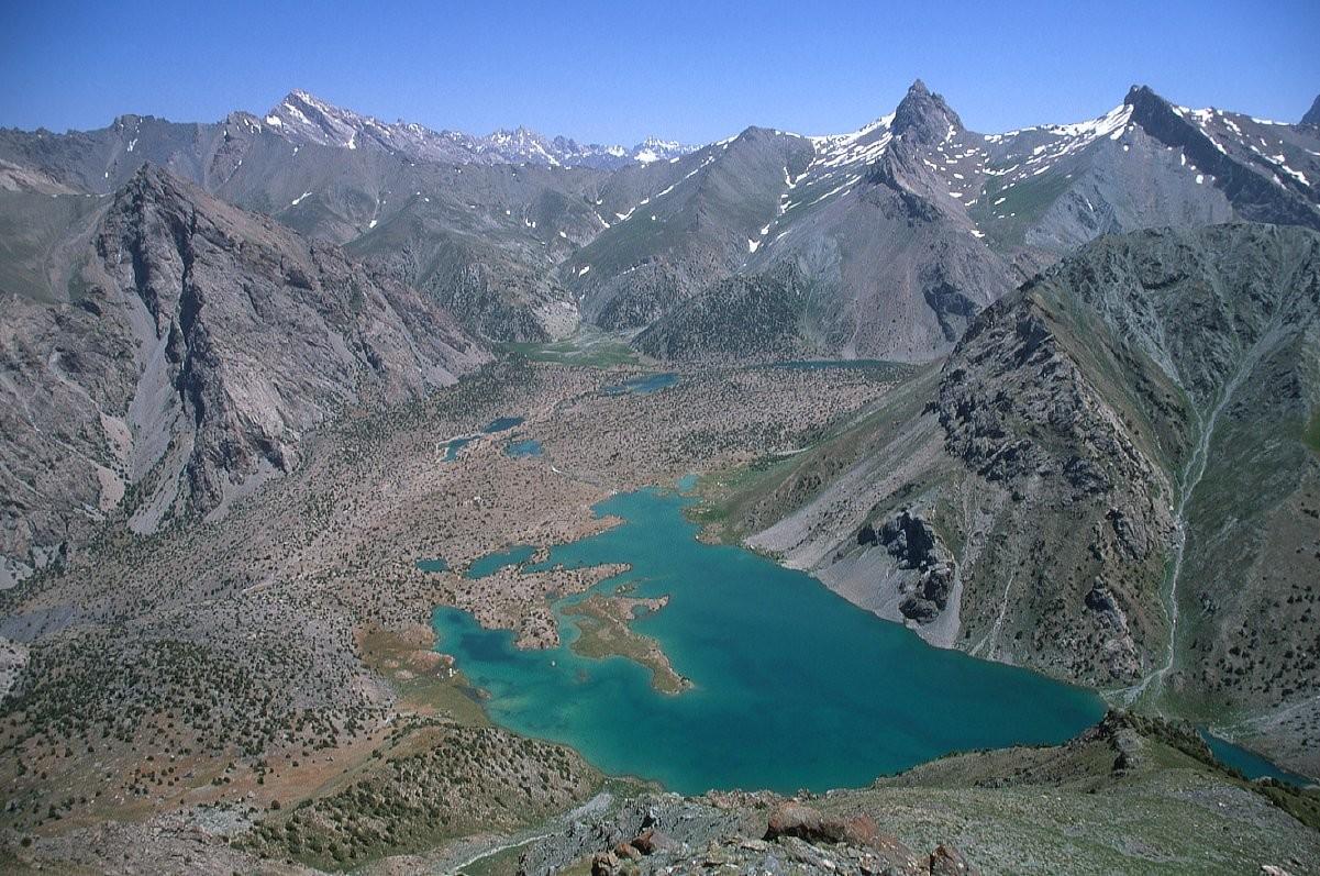 Les lacs de Kulikalon et le pic Alaudin (pointe tiers droit)