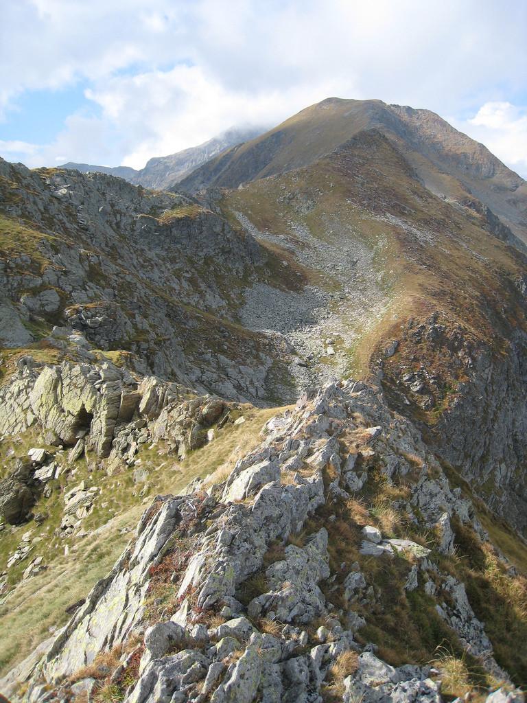depuis le Pas de la Banque de Lauret, vue vers le Pic des Rouges (2644m) et le Mont Rouch (dans le nuage)