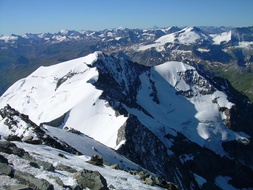 Le Dôme de la Sache, des Platières, derrière la Grande Motte et tout au fond le mt Viso