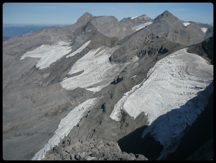 Du sommet, le glacier du Prazon (désormais en deux parties bien distinctes) et celui du Ruan: quelle fonte!