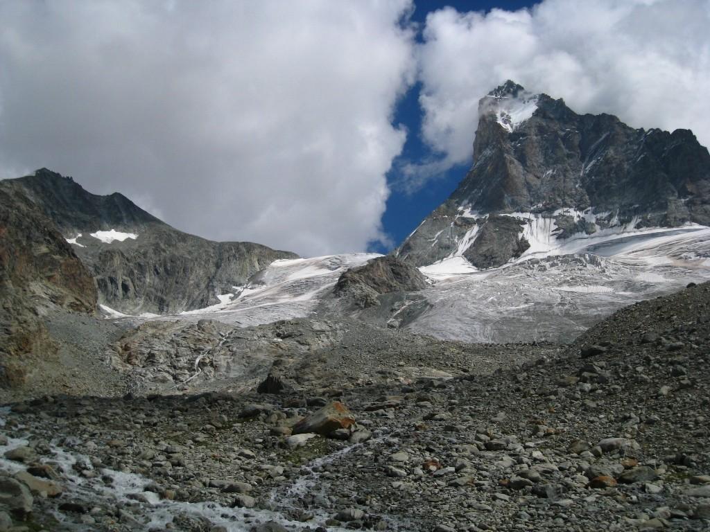 Vers le Bivouac du Col Dt Blanche, le glacier et sa côte rocheuse centrale